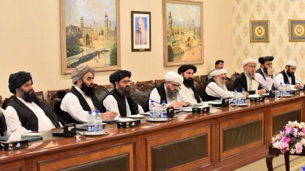 وفد طالبان أثناء جلسة تفاوض في باكستان