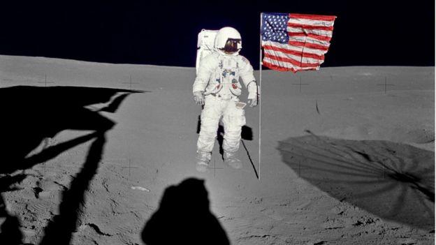 O astronauta Edgar D. Mitchell ao lado da bandeira americana na Lua