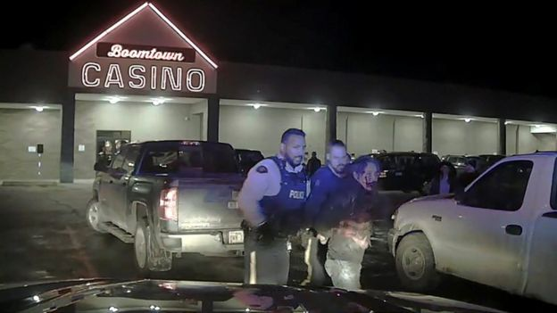 Policías llevándose a Allan Adam detenido.