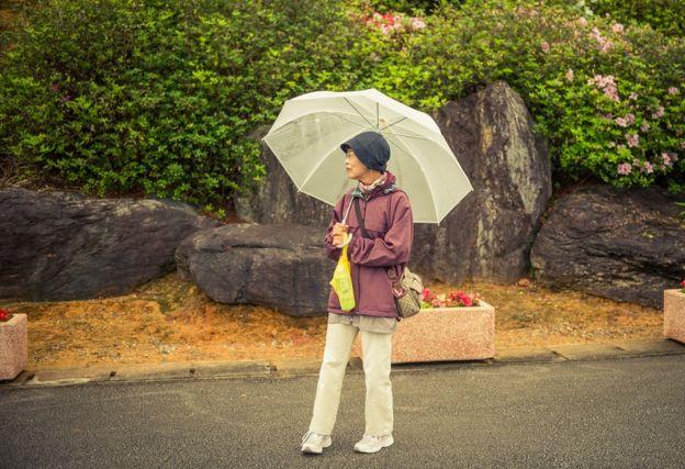 Женщина под зонтиком