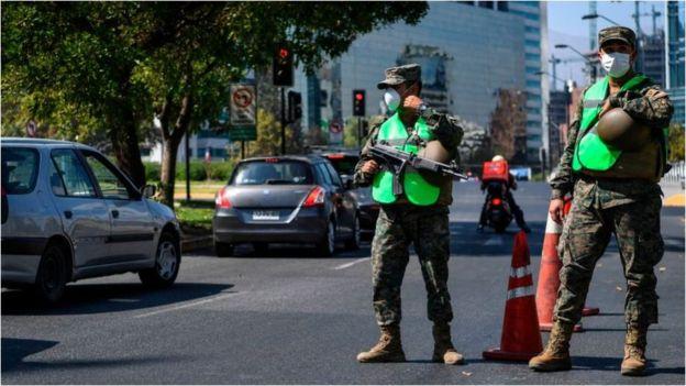 Tras decretarse el estado de excepción constitucional, los militares están a cargo de resguardar la seguridad en el país.