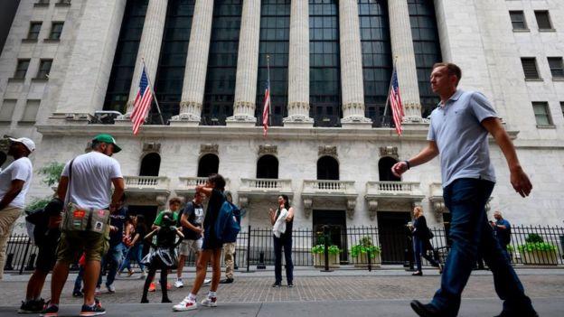 Gente afuera de la Bolsa de Nueva York