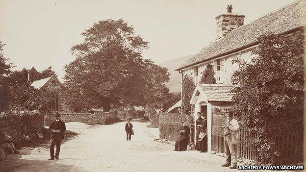 Pentref Llanwddyn, gyda tafarn y Powis Arms a hen eglwys St Johns yn y pellter