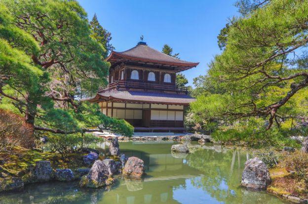 虽然不如其姊妹寺庙金阁寺华丽,但京都的银阁寺展现出一种更深层的美感。