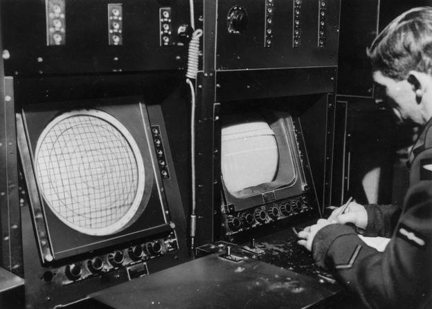 Um operador de radar da RAF em 1945