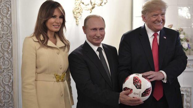 Putin, Donald Trump y Melania con un balón del Mundial.