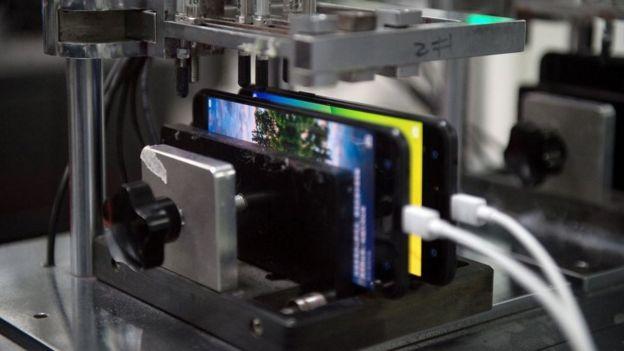 فحص هواتف الآيفون في مصنع بالصين