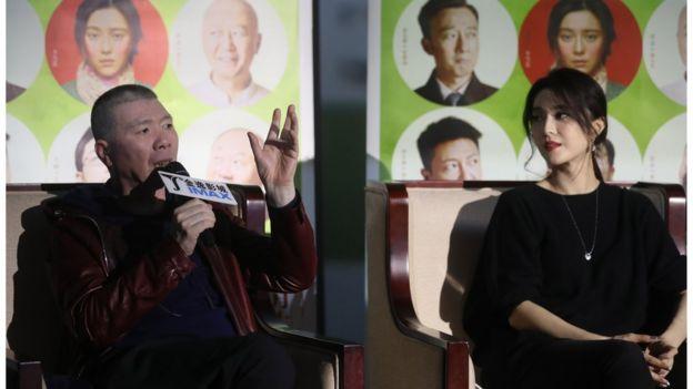 2016年11月,冯小刚(左)、范冰冰(右)携电影《我不是潘金莲》亮相南京。