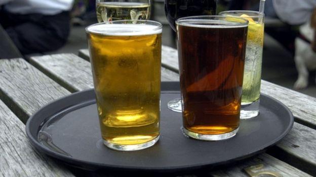 пиво и друга пића на столу