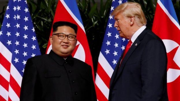 Trump junto a Kim.