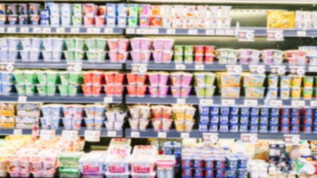 Iogurtes em prateleira de supermercado