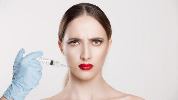 Mujer a la que le inyectan un producto en la piel