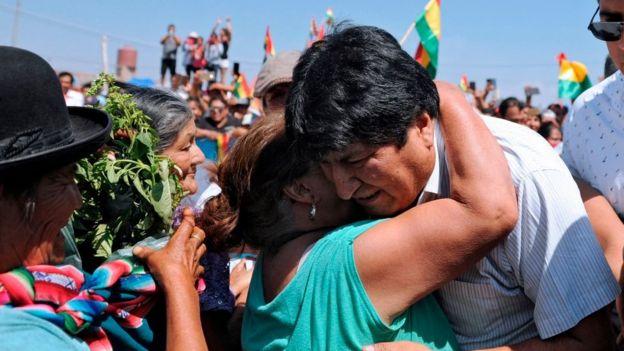 Evo Morales es abrazado durante un mitin político en Argentina