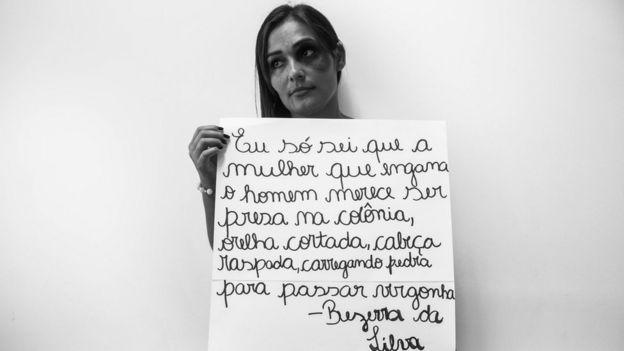 Mulher segurança placa com letra de música de Bezerra da Silva