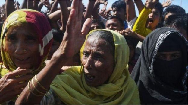 উখিয়ায় কুতুপালং শিবিরের কাছে রোহিঙ্গা শরণার্থীদের ভীড়।