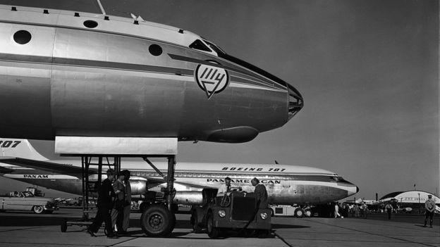 Самолет Ту-104 - первый советский реактивный пассажирский самолет.