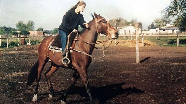 Soledad montando a caballo
