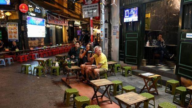 Dịch COVID-19 đã ảnh hưởng nặng đến ngành dịch vụ Việt Nam. Trong ảnh: Phố bia Tạ Hiện (Hà Nội) vắng vẻ lạ thường trong mùa dịch