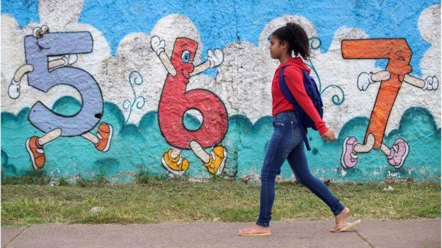 Criança vai para a escola no DF