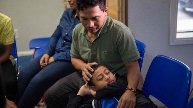 Un padre migrante junto a su hijo.