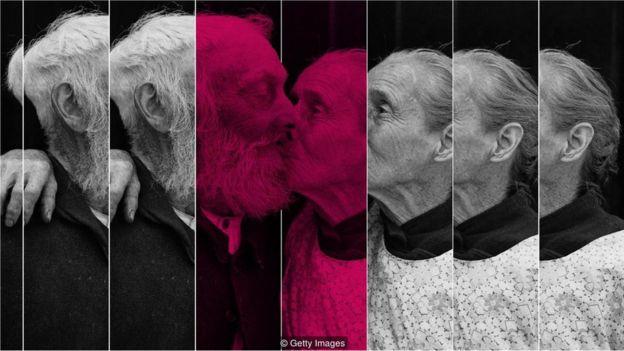 Casal idoso se beija