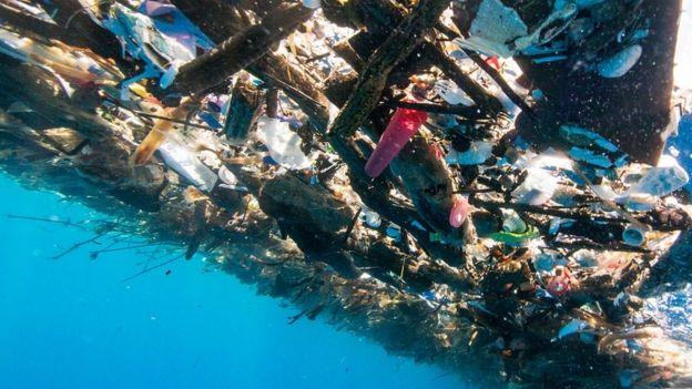 basura flotando