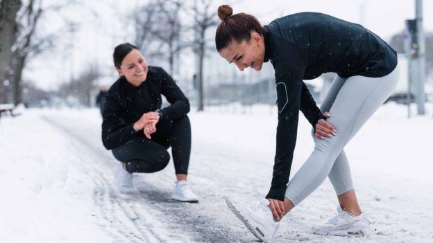Mujeres hacen ejercicio