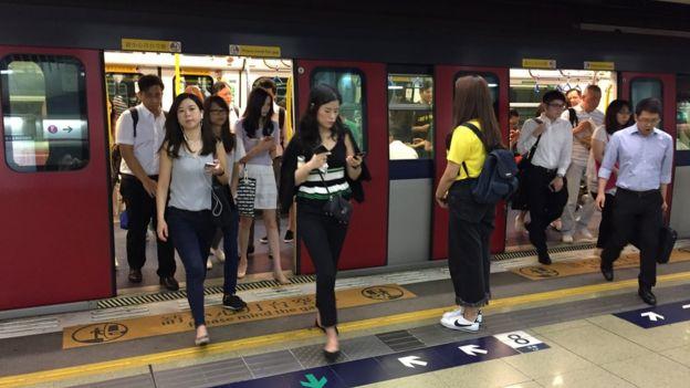 港鐵紅磡站一趟西鐵線列車乘客上下車(BBC News中文圖片9/8/2018)