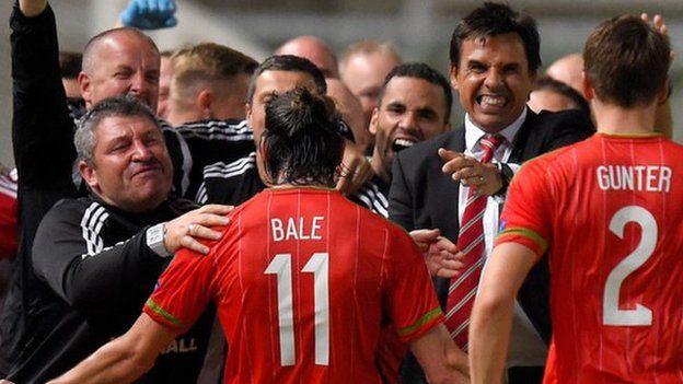 Gareth Bale a hyfforddwyr Cymru yn dathlu