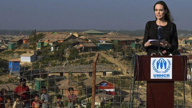 রোহিঙ্গা শিবিরে মার্কিন চলচ্চিত্র তারকা অ্যাঞ্জেলিনা জোলি। কিন্তু আন্তর্জাতিক সম্প্রদায়ের আগ্রহ এখন কমছে।