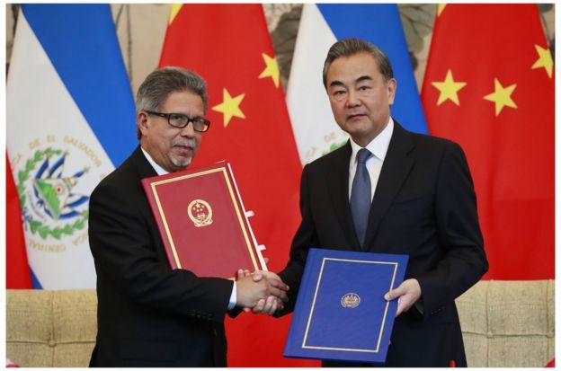 學者認為,如何在中美政治權衡間找定位,始終是台灣外交課題(圖為8月21日,中國外長王毅在北京同薩爾瓦多外長簽署兩國關於建立外交關係的聯合公報)。