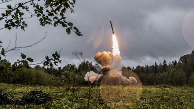 صورة من وزارة الدفاع الروسية لصاروخ التكتيك الروسي اسكندر -M خلال تمارين