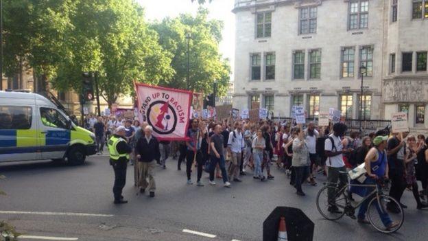 抗議行進は議事堂広場から始まった