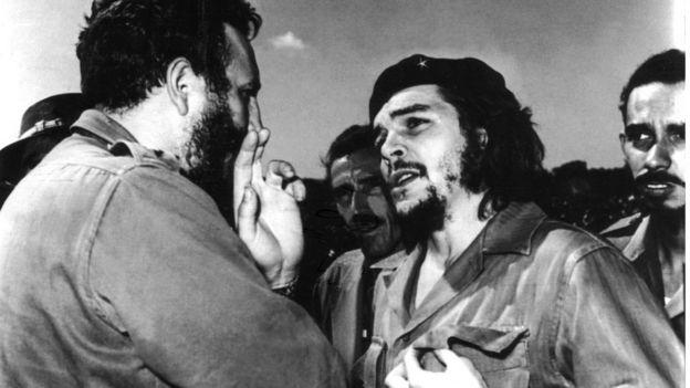 Che Guevara e Fidel Castro conversando