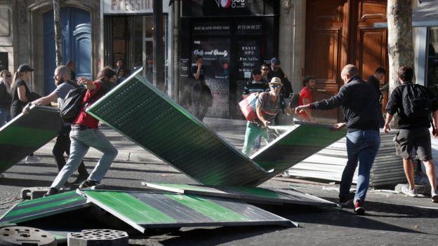 На некоторых улицах в центре столицы демонстранты пытались построить баррикады