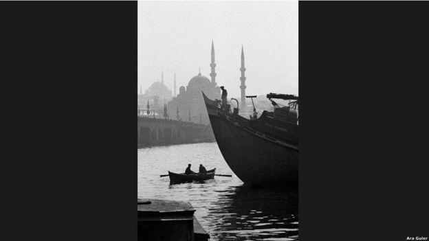 """""""Güler'in çalışmaları ilerleme ve masumiyet konusunda, uzun yıllardır sorulan sorular sorar. Ve sonunda toplum için hangisinin önemli olduğuna ilişkin kararı toplumun kendisine bırakır."""" (Amateur Photographer dergisi)"""