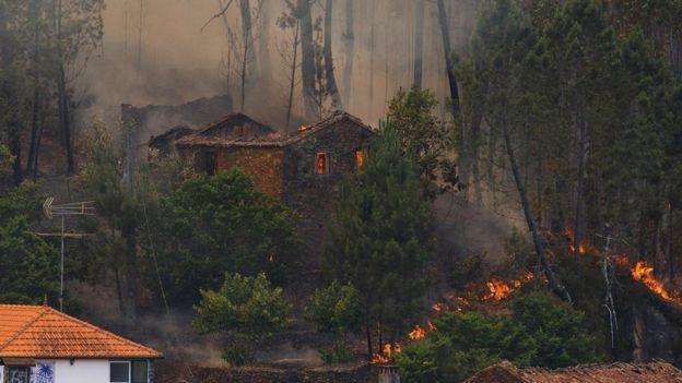 Casa en medio de un incendio