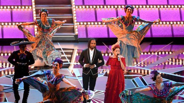 Presentación de Natalia Lafourcade y Miguel.