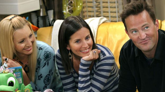 Lisa Kudrow, Courtney Cox and Matthew Perry on the set of Friends