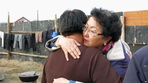 Odontuya Davaasuren reconforta a la mujer de un paciente con cáncer en fase terminal.