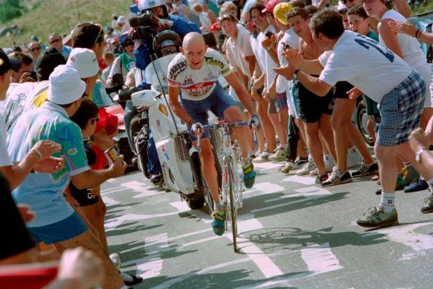 Hay un consenso general que el italiano Marco Pantani es quien posee el récord al completar el ascenso en 37 minutos y 35 segundos en 1997.