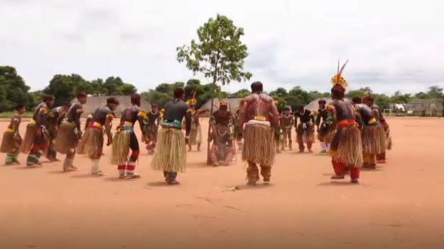Hombres kuikuro participando en una danza tradicional.