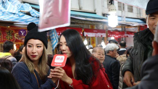 近几年年货大街也搭上网路直播风潮,连中国大陆网站也请网红担任直播主持人。
