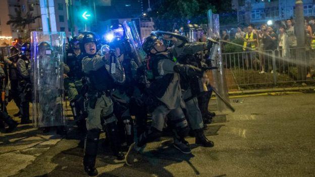 Cảnh sát xịt hơi cay tại một khu vực ở Mong Kok