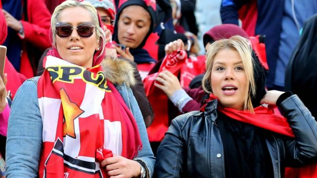 Persepolis-Kashima maçını izleyen kadınlar