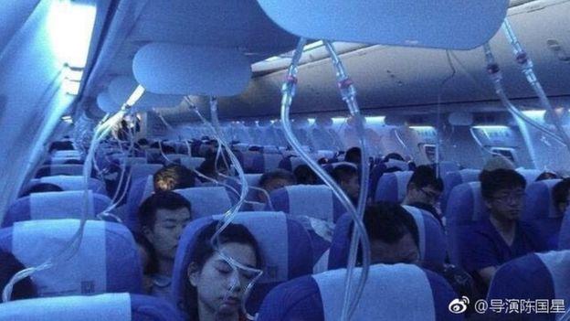 Penumpang pesawat dengan masker oksigen jatuh