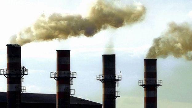 Fumaça sai de indústria no Brasil