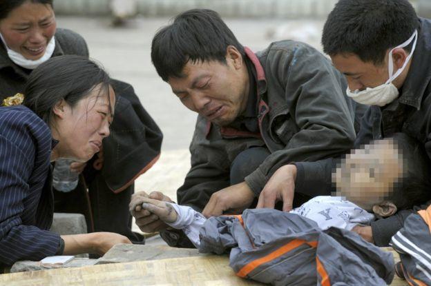 2008年5月15日,映秀,親屬圍著一名遇難的孩子痛哭。