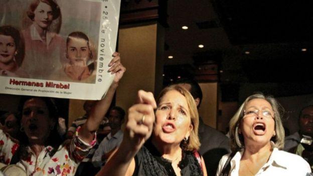 Protesto de mulheres com a fotografia das irmãs Mirabal