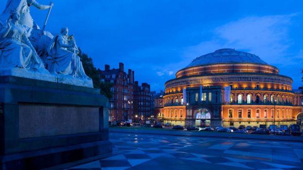 皇家阿爾伯特音樂廳在英文中常用來表示地方很大,因為很容易想像。